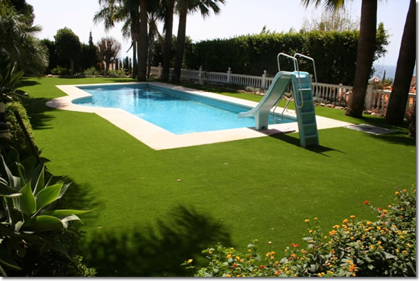Pasto artificial eltiangis for Hacemos piscinas